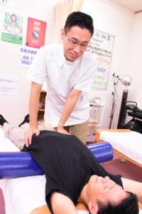 腰痛を改善する当院のストレッチポール姿勢調整