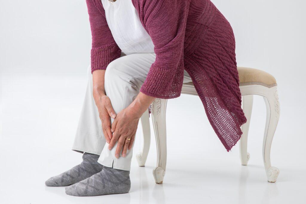 足が痺れる高齢者