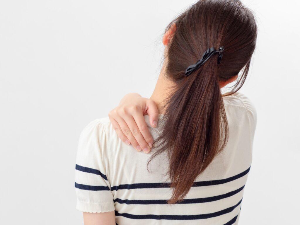 肩が痛いのを悩む女性