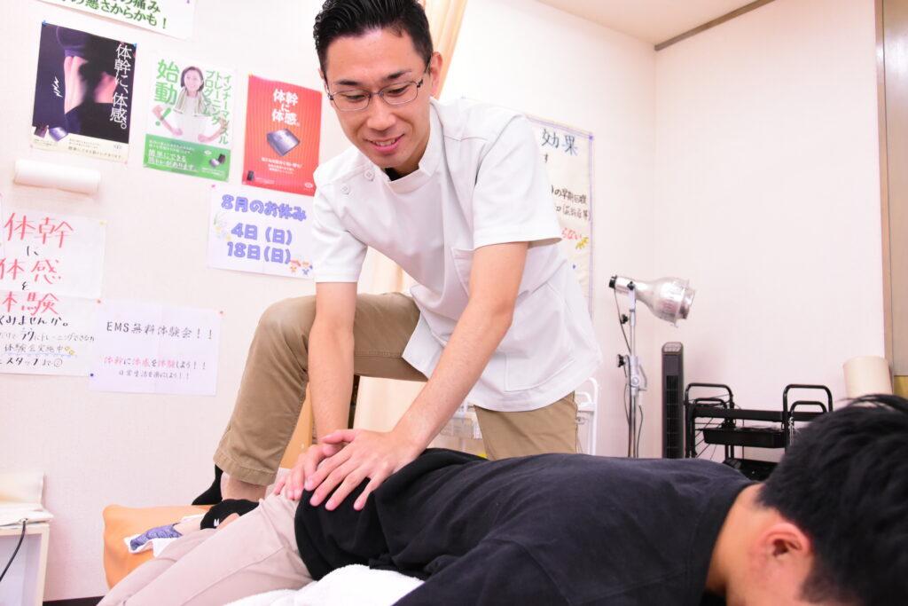 当院の股関節痛施術風景