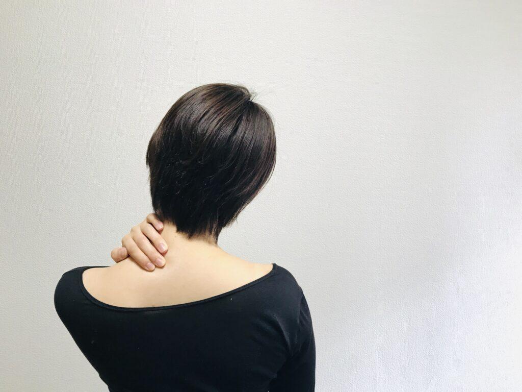 ストレートネックが原因の首こりに悩む女性