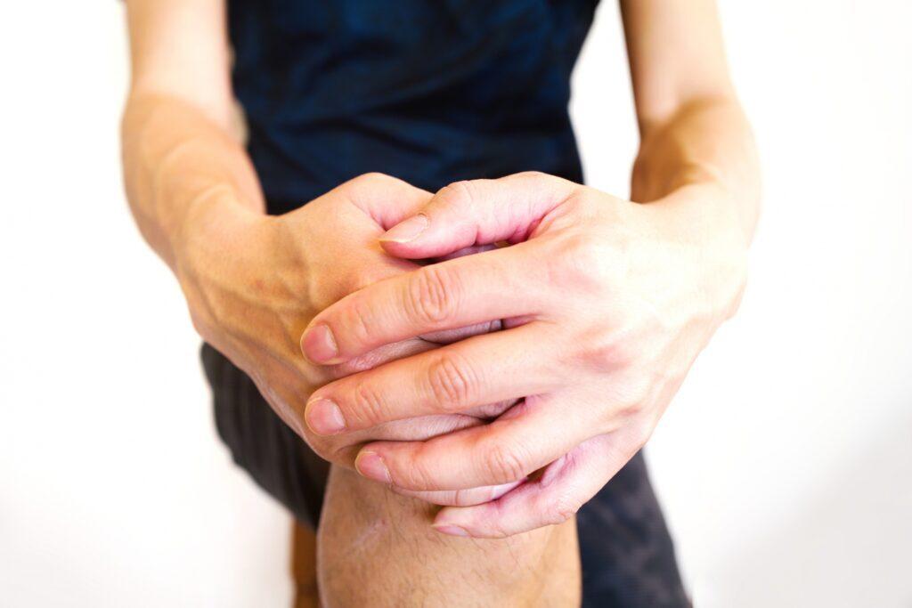 スポーツで膝を痛めた人