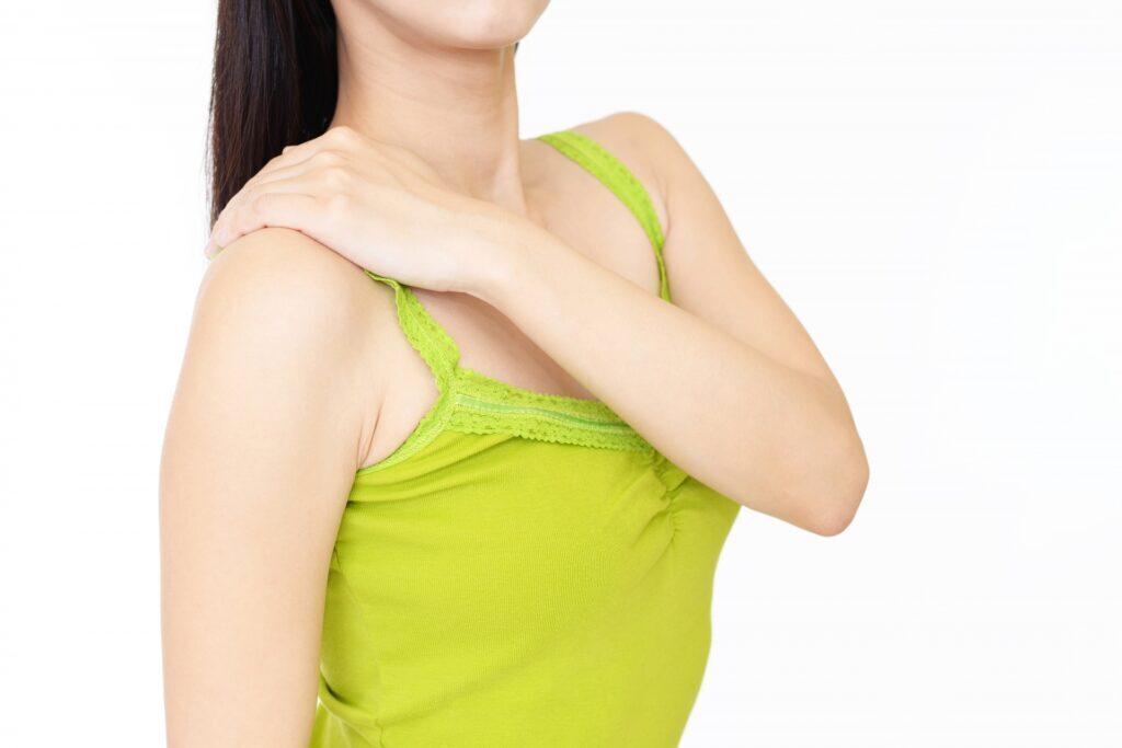 胸郭出口症候群で肩が痛い女性