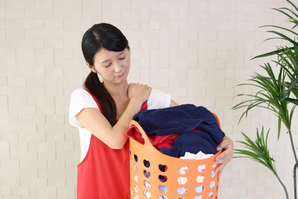 家事で胸郭出口症候群を引き起こしている女性