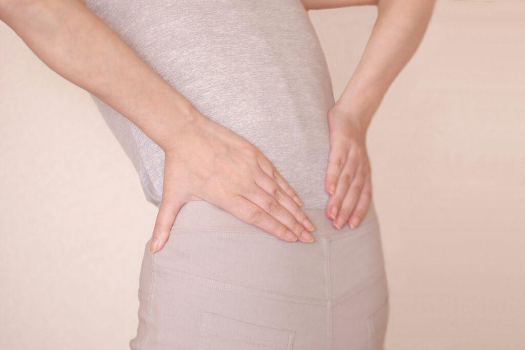 反り腰による腰痛で悩む女性