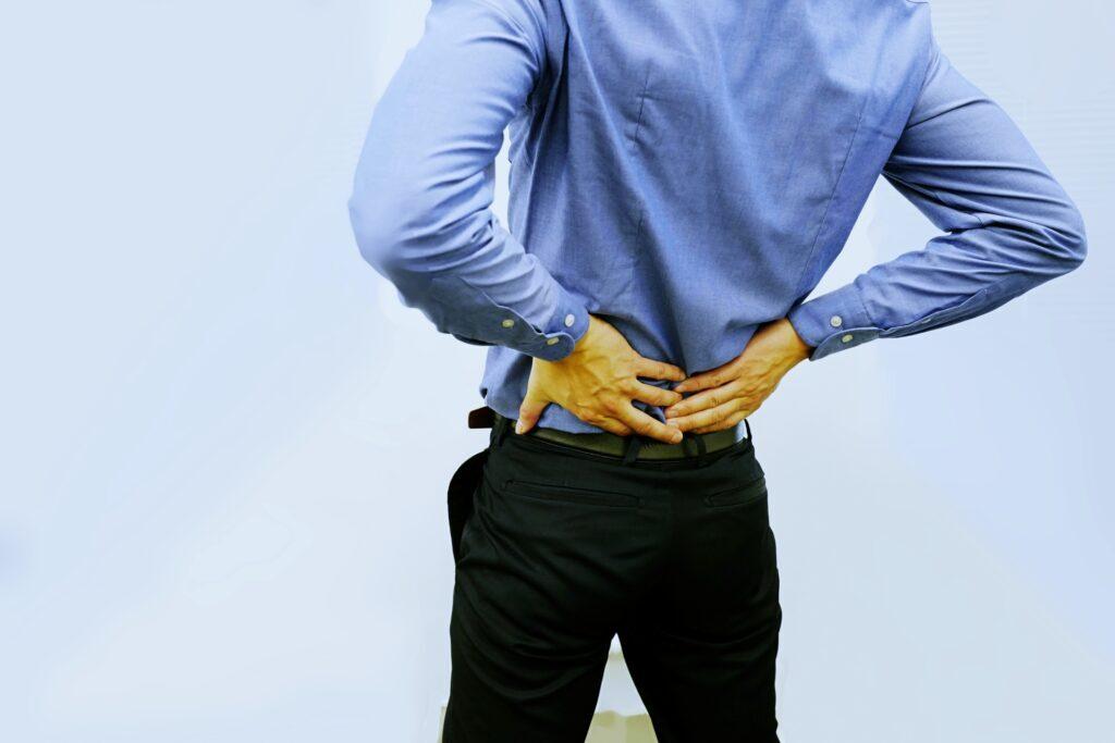 股関節痛により腰が痛い男性