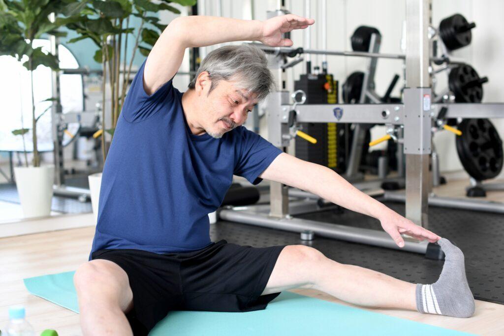股関節痛の改善にストレッチする男性
